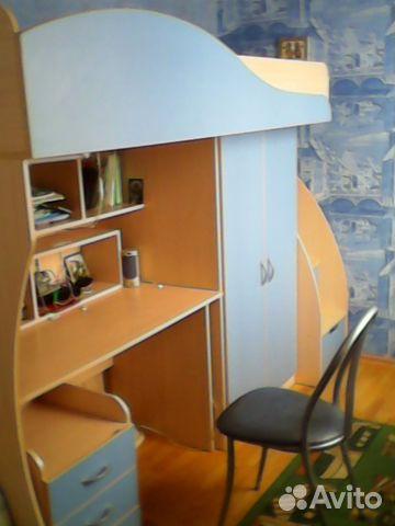 Мебель для школьника: удобный письменный стол с полками, вместительный шкаф