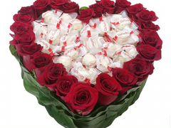 Сердце из конфет и цветов