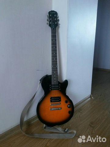 Бюджетная электрогитара Epiphone Les Paul Special II может похвастаться уникальным звучаниеми приятной эргономикой. Гитара так же имеет очень легкий корпус и приятную для любого гитариста посадку струн, удовлетворяющий как начинающего, так и среднего по уровню гитариста. Мой экземпляр выполнен в приятном для глаза цвете Tobasco-Sunburst. Гитара не новая, ей порядка 3-х лет, но на стене никогда не висела без дела, всегда в бою. Имеются незначительные царапины и сколы на торцах корпуса, менялись датчики, теперь здесь стоят датчики Burny. В комплекте к самой гитаре отдаю ремень, чехол и пару медиаторов.